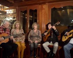 Los Hermanos Zañartu recuerdan una de sus canciones cantando en un video