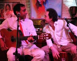 Octavio Santa Cruz presenta sus fusiones musicales con sólo guitarra y cajón
