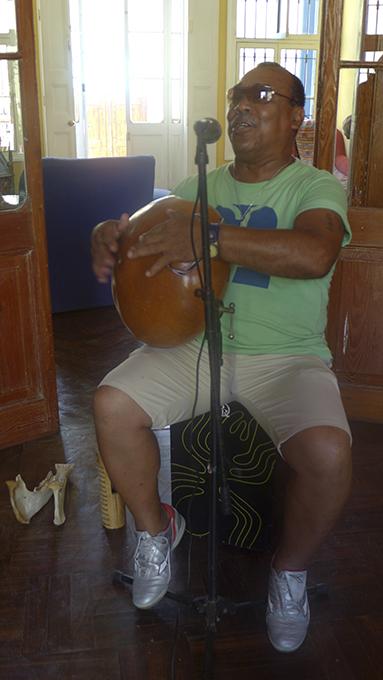 Alfredo Valiente tocando el checo