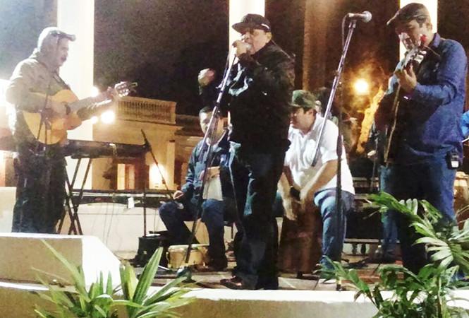 Carlos y los Avilés llevan criollismo barrio por barrio